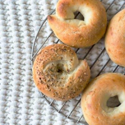 Low Carb Frühstück Bagels mit Frischkäse - nur 5 Net Carbs Keto Rezept