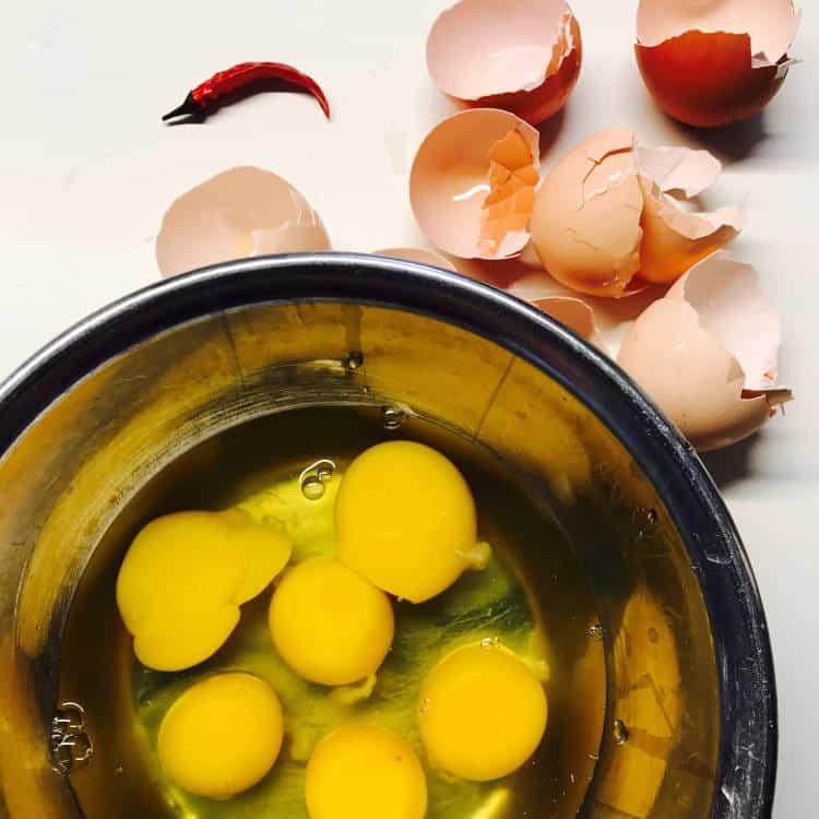 Keto Diät mit proteinreich Eier in der Schüssel
