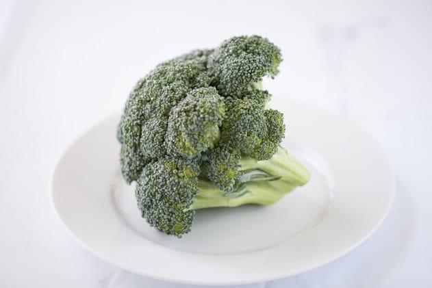 Brokkoli auf einem weißen Teller für die Brokkolisuppe zum Abendessen